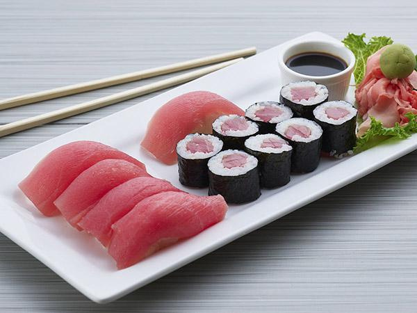 Tuna Roll W/ 5 Piece Tuna Sushi
