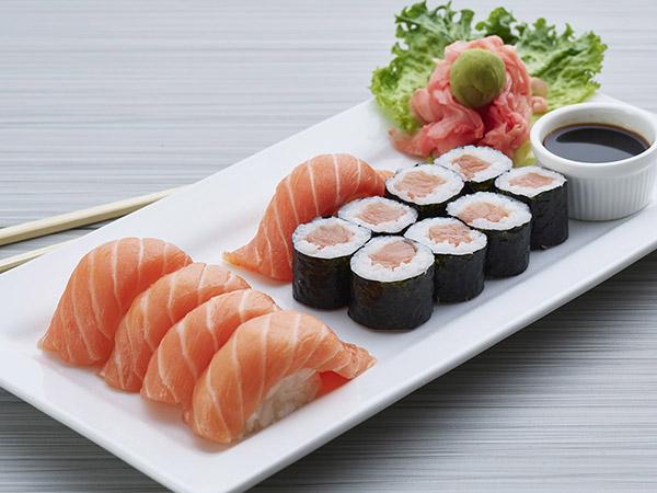 Salmon Roll W/ 5 Piece Salmon